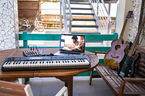 Guitar「Teleconferencing with music guitar teacher teaching remotely on laptop at home with instruments」:スマホ壁紙(9)