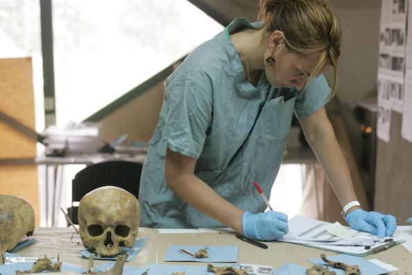 Forensic Science「Scientists Work On Identifying Srebrenca Massacre Victims」:写真・画像(6)[壁紙.com]
