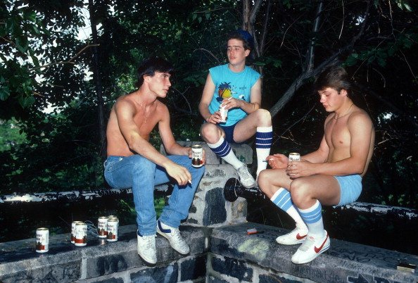 Teenager「Teenage Boys Drinking」:写真・画像(0)[壁紙.com]