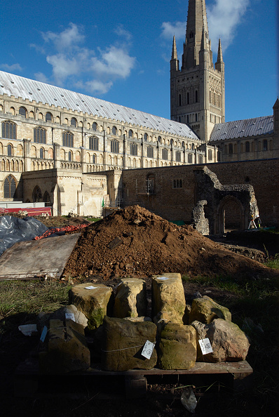 Sunny「Archealogical dig before construction work outside Norwich Cathedral, UK」:写真・画像(19)[壁紙.com]