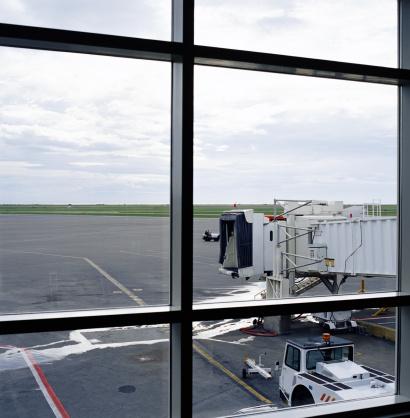 Passenger「View from airport window of passenger boarding bridge」:スマホ壁紙(18)