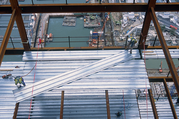 Construction Equipment「View from above of construction worker securing steel sheeting at Canary Wharf, London, United Kingdom.」:写真・画像(13)[壁紙.com]