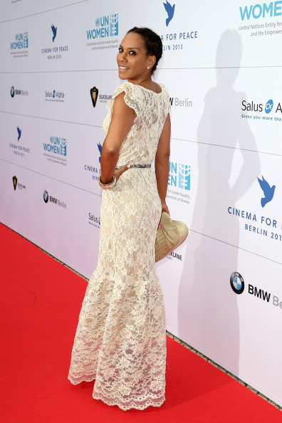 肩ごしに見る「Cinema For Peace Honors Nicole Kidman - Red Carpet Arrivals」:写真・画像(17)[壁紙.com]