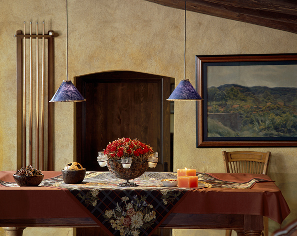 Dining Room「View of two lamps above an adorned dining table」:写真・画像(12)[壁紙.com]