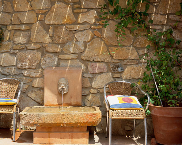 Pillow「View of two armchairs placed near a fountain」:写真・画像(6)[壁紙.com]