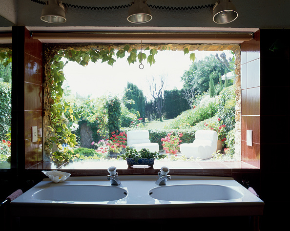 Bathroom「View of two sinks against a window」:写真・画像(10)[壁紙.com]