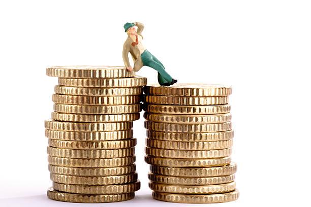 Figurine leaning on pile of coins, holding hat:スマホ壁紙(壁紙.com)