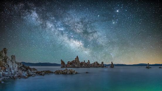 アメリカ合衆国「モノ湖で天の川」:スマホ壁紙(13)