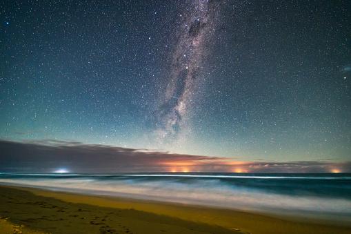満ちていく月「Milky Way above the Tasman Sea, Victoria, Australia.」:スマホ壁紙(18)