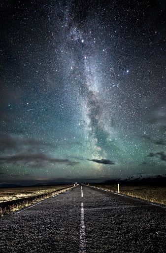 Empty Road「Milky way at nigh sky above an empty road at Iceland.」:スマホ壁紙(9)