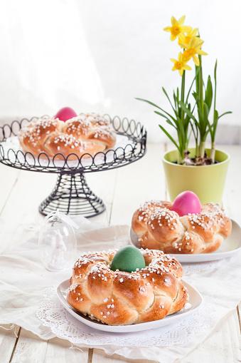 イースター「Braided Easter bread with coloured eggs and daffodil」:スマホ壁紙(18)