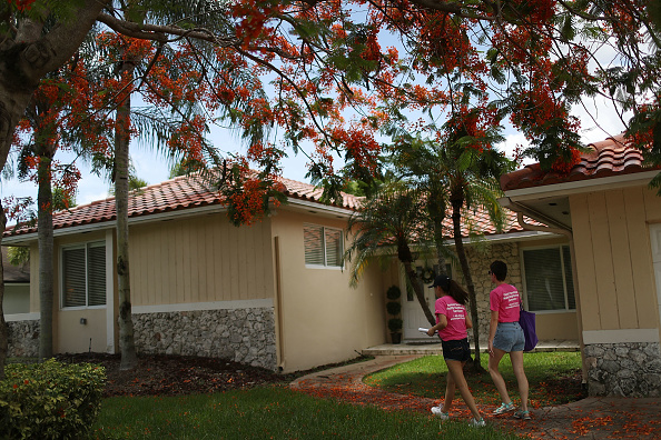 Kendall - Florida「Planned Parenthood Workers Raise Awareness Of Zika Virus In Florida Town」:写真・画像(17)[壁紙.com]