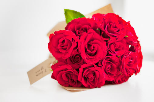 バラ「Red rose bouquet with gift tag」:スマホ壁紙(8)