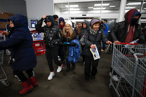 Black Friday「Black Friday Starts Early As Shoppers Hit The Stores On Thanksgiving Night」:写真・画像(11)[壁紙.com]