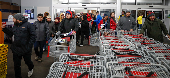 Black Friday「Black Friday Starts Early As Shoppers Hit The Stores On Thanksgiving Night」:写真・画像(13)[壁紙.com]