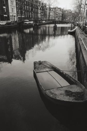 Amsterdam「Netherlands, Amsterdam, Herrengracht Canal, moored boat (B&W)」:スマホ壁紙(9)