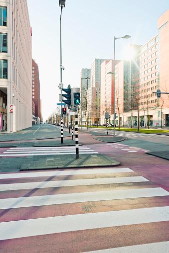 Empty Road「Netherlands, Rotterdam, Kop van Zuid, intersection with traffic lights」:スマホ壁紙(16)