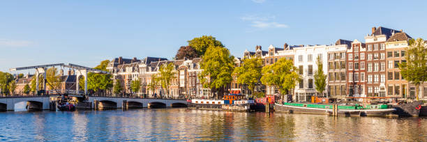 Netherlands, Amsterdam, view to Magere Brug and row of historical houses at Amstel River:スマホ壁紙(壁紙.com)