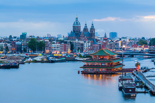 Amsterdam「Netherlands, Amsterdam, view to Basilica of St. Nicholas with chinese restaurant in the foreground」:スマホ壁紙(11)