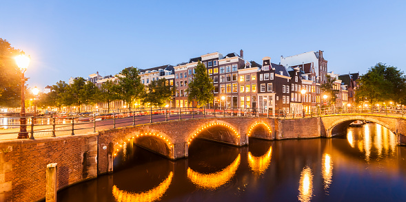 Amsterdam「Netherlands, Amsterdam, lighted bridges over Emperor's Canal and Leidse Canal in the evening」:スマホ壁紙(10)