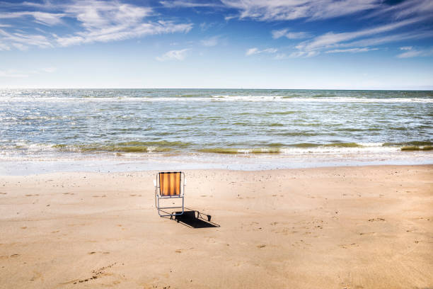 Netherlands, Zandvoort, empty chair on the beach:スマホ壁紙(壁紙.com)