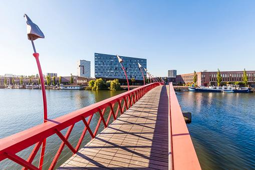 Amsterdam「Netherlands, Amsterdam, footbridge over Spoorwegbassin to harbour island Sporenburg」:スマホ壁紙(3)