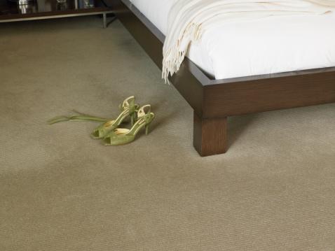 スカーフ「Shoes on floor next to bed」:スマホ壁紙(14)