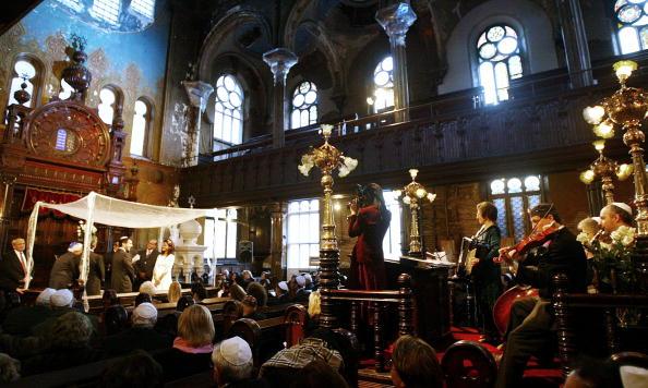 Renovation「Historic NYC Synagogue Under Renovation Hosts Wedding」:写真・画像(16)[壁紙.com]