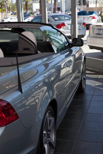 Car Dealership「Luxury car stationary at showroom」:スマホ壁紙(8)
