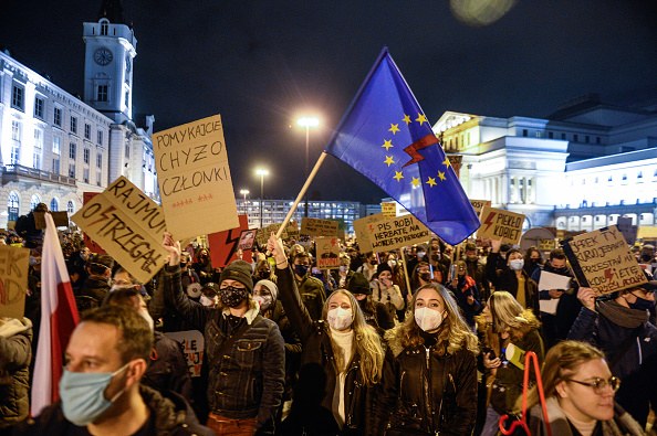 Warsaw「Protests Continue Against Abortion Ruling In Poland」:写真・画像(12)[壁紙.com]