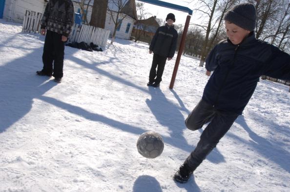 雪「Boys Playing Football in Snow, Ukraine」:写真・画像(2)[壁紙.com]