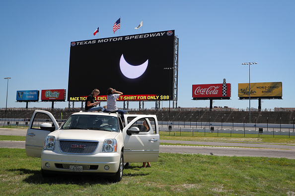 2人「Eclipse Viewing Party at Texas Motor Speedway」:写真・画像(11)[壁紙.com]