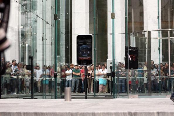 Michael Nagle「Long-Awaited Apple iPhone Goes On Sale Across U.S」:写真・画像(10)[壁紙.com]