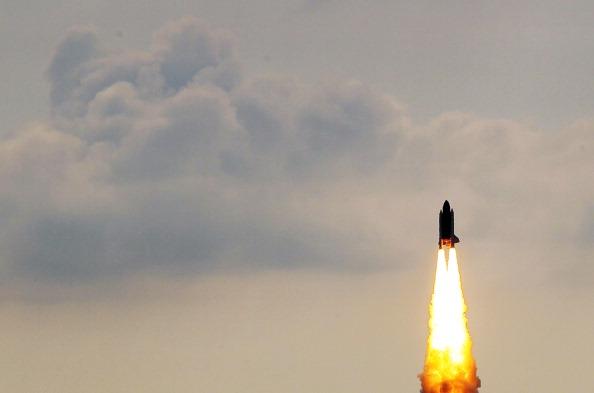 Space Shuttle Endeavor「Space Shuttle Endeavour Launches Under Command Of Astronaut Mark Kelly」:写真・画像(12)[壁紙.com]