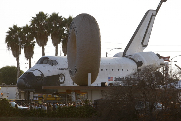 LAX Airport「Space Shuttle Endeavour Makes 2-Day Trip Through LA Streets To Its Final Destination」:写真・画像(2)[壁紙.com]