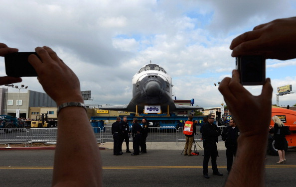 Space Shuttle Endeavor「Space Shuttle Endeavour Makes 2-Day Trip Through LA Streets To Its Final Destination」:写真・画像(19)[壁紙.com]