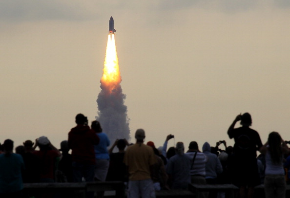 Space Shuttle Endeavor「Space Shuttle Endeavour Launches Under Command Of Astronaut Mark Kelly」:写真・画像(13)[壁紙.com]