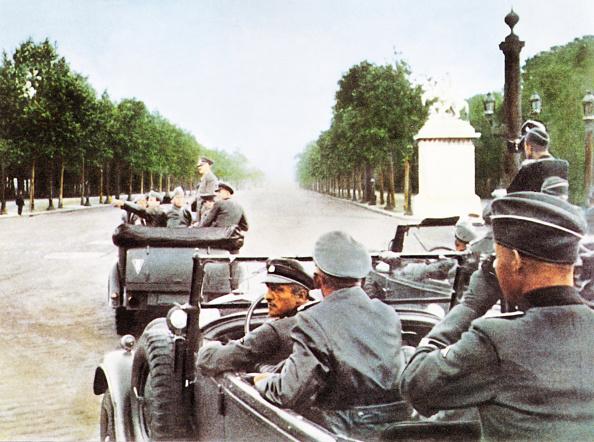 Surrendering「Hitler In Paris 1940」:写真・画像(5)[壁紙.com]