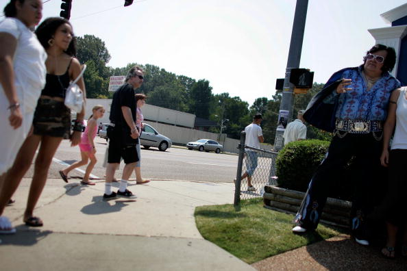 """Carl flock「Elvis Fans Flock To Memphis For 30th Anniversary Of """"The King's"""" Death」:写真・画像(14)[壁紙.com]"""