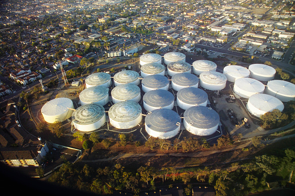 Dawn「Crude oil tanks On Signal Hill, Los Angeles, California, USA, aerial view」:写真・画像(0)[壁紙.com]