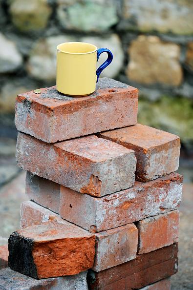 Bricklayer「A builders mug of tea on a stack of reclaimed red bricks UK」:写真・画像(11)[壁紙.com]