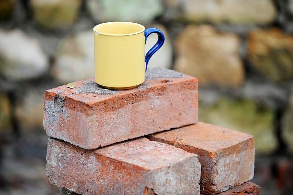 Crockery「A builders mug of tea on a stack of reclaimed red bricks UK」:写真・画像(3)[壁紙.com]