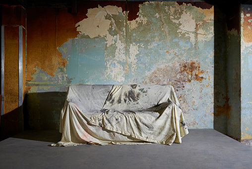 Deterioration「Sofa covered with dust sheet in decaying room.」:スマホ壁紙(6)