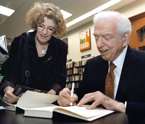 Tim Boyle「Writer Sidney Sheldon at Book Signing」:写真・画像(0)[壁紙.com]