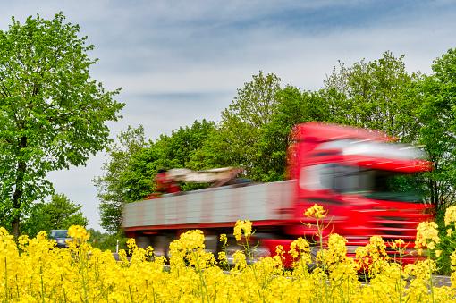 Grevenbroich「Truck in motion behind rape field」:スマホ壁紙(17)