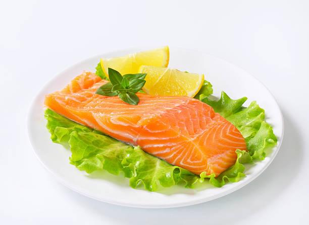 salmon fillet with garnish on a plate:スマホ壁紙(壁紙.com)