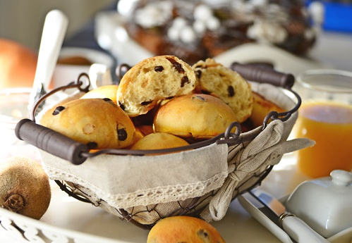 Bun - Bread「Homemade freshly baked chocolate bread (pangoccioli) in a basket」:スマホ壁紙(13)
