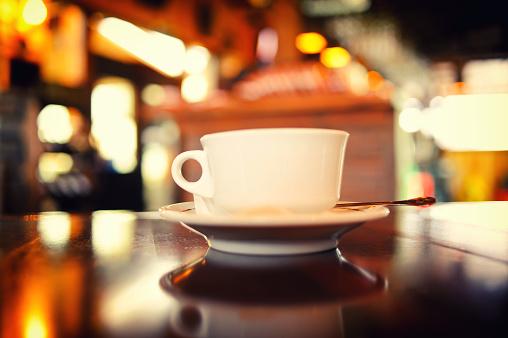 後ろボケ「白いコーヒーカップのレストラン」:スマホ壁紙(13)