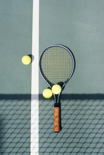テニス「Tennis racket and balls lying on court」:スマホ壁紙(16)