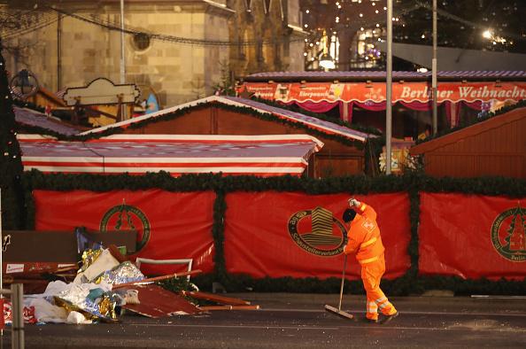 2016 Berlin Christmas Market Attack「Lorry Drives Through Christmas Market In Berlin」:写真・画像(2)[壁紙.com]
